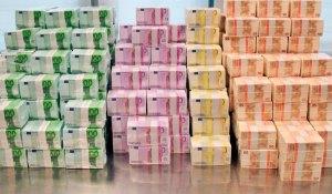 **ARCHIV**Banknoten in 50er, 100er, 200er und 500er-Scheinen liegen auf einem undatierten Foto, das von der Bundesbank in Frankfurt am Montag, 3. Dez. 2007, zur Verfuegung gestellt wurde, auf einem Haufen. Der Euro hat in Deutschland nach einer Umfrage fuer die Dresdner Bank an Popularitaet verloren. Knapp sechs Jahre nach Einfuehrung der Gemeinschaftswaehrung erklaerten nur noch 36,3 Prozent, sie faenden den Euro gut. 2004 lag die Zahl noch bei 42,6 Prozent, wie die Bank am Sonntag, 16. Dez. 2007 aus der Umfrage der Forschungsgruppe Wahlen berichtete.  (AP Photo/Bundesbank) --- Undated photo provided by the German Federal Reserve Bank in Frankfurt on Monday, Dec. 3, 2007, shows Euro bank notes in 50, 100, 200 and 500 Euro bills. (AP Photo/German Federal Reserve Bank)